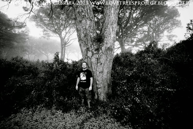 """Zito Colaço com a """"Velha Senhora"""", árvore mais antiga da Mata dos Medos."""