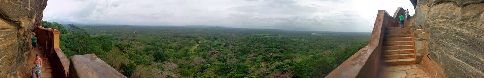 Панорамная фотография, вид с зеркальной стены на подножие скалы, Сигирия, Шри-Ланка, джунгли