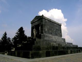 Spomenik Neznanom Junaku na Avali .  Autor: Ivam Mestrovic