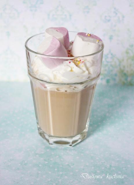 kawa z piankami, kawa, przepis na kawę z piankami, kawa z bitą śmietaną, słodka kawa