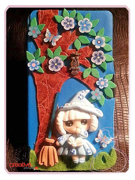 Funda de móvil modelo Brujita decorada a mano de Sylvia López Morant