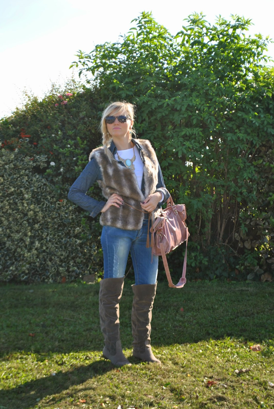 outfit camicia in denim gilet in ecopelliccia borsa balenciaga faux fur vest denim shirt cuissardes collana majique london jewels orecchini majique london fashion blogger italiane fashion bloggers italy fashion blogger bionde ragazze bionde outfit autunnali autumnal outfits mariafelicia magno mariafelicia magno fashion blogger colorblock by felym