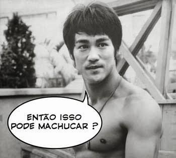 """Fotografia de Bruce Lee, com uma expressão de estar conversando com alguém. Na foto,  há um balão aonde ele estaria perguntando : """"Então isso pode machucar ?""""."""