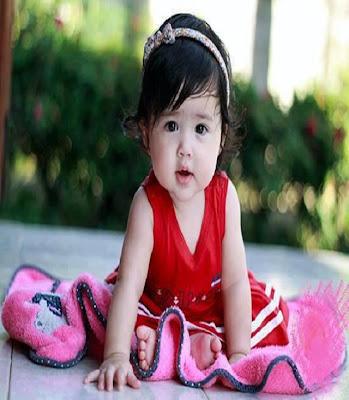 belle ange vêtue en rouge