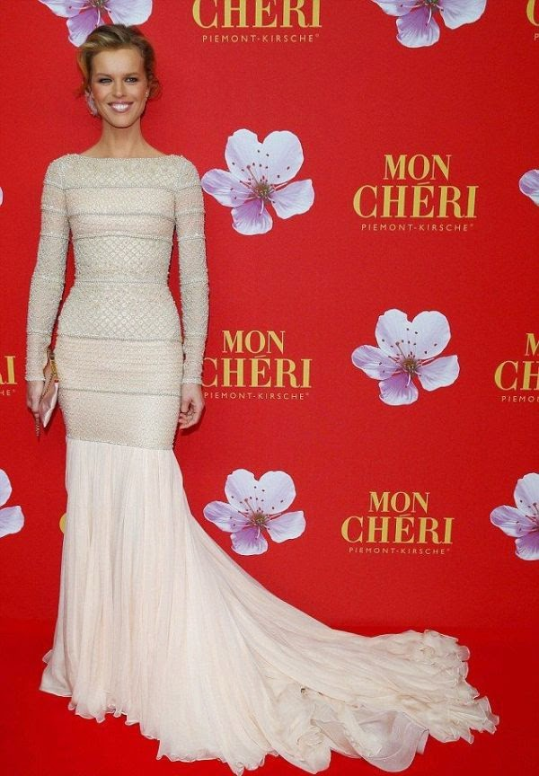 Making a glitters! Eva Herzigova showed off her enviably svelte figure on the Mon Cheri event at Munich, Germany on Thursday, December 4, 2014.  The 41-year-old gave us an exclusive briefly art in a white long gown by Ralph & Russo design, leaving the highlighted to never ending loose on the top section.
