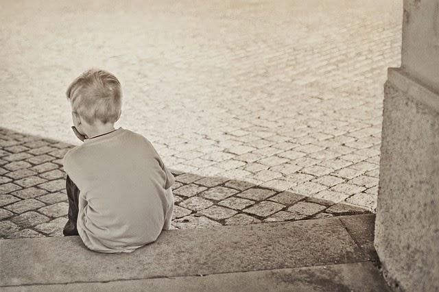 bambino triste e solo in foto