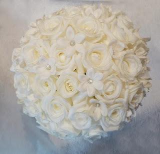 Menyasszonyi csokor fehér rózsából strasszokkal díszítve félgömb alakú