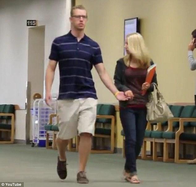 ¿Por qué no me das la mano? Vídeo gracioso de un estudiante haciendo bromas a extraños