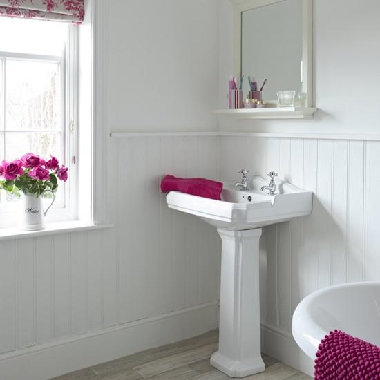 Otthon vidéken: Egyszerű, fehér fürdőszoba pinkkel megbolondítva- ötletek, árak, lelőhelyek