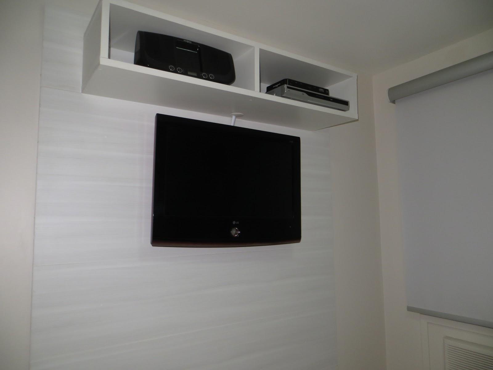 closet foi instalado no lado direito do quarto formando um  #57534C 1600 1200