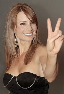 Olenka Zimmerman saludando  a su manera