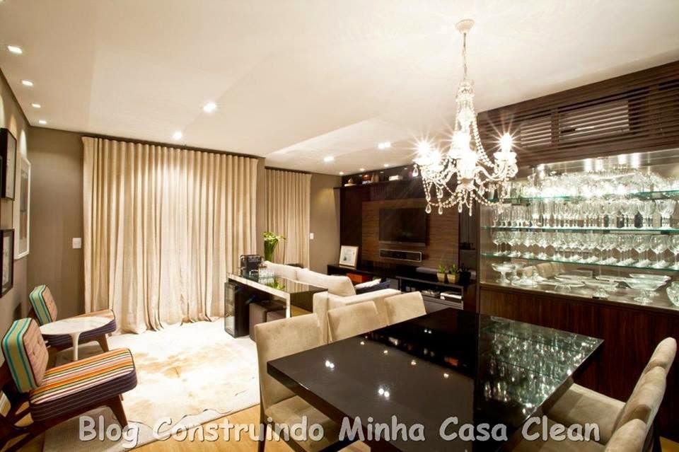 lindo lustre de cristais na sala de jantar e spots na sala de estar