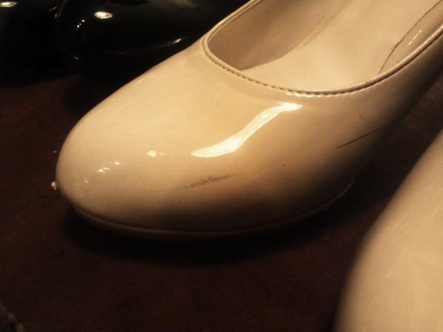 エナメルの靴にありがちな、上の写真のような、スンッと入ってしまった黒い線、わかりますか?