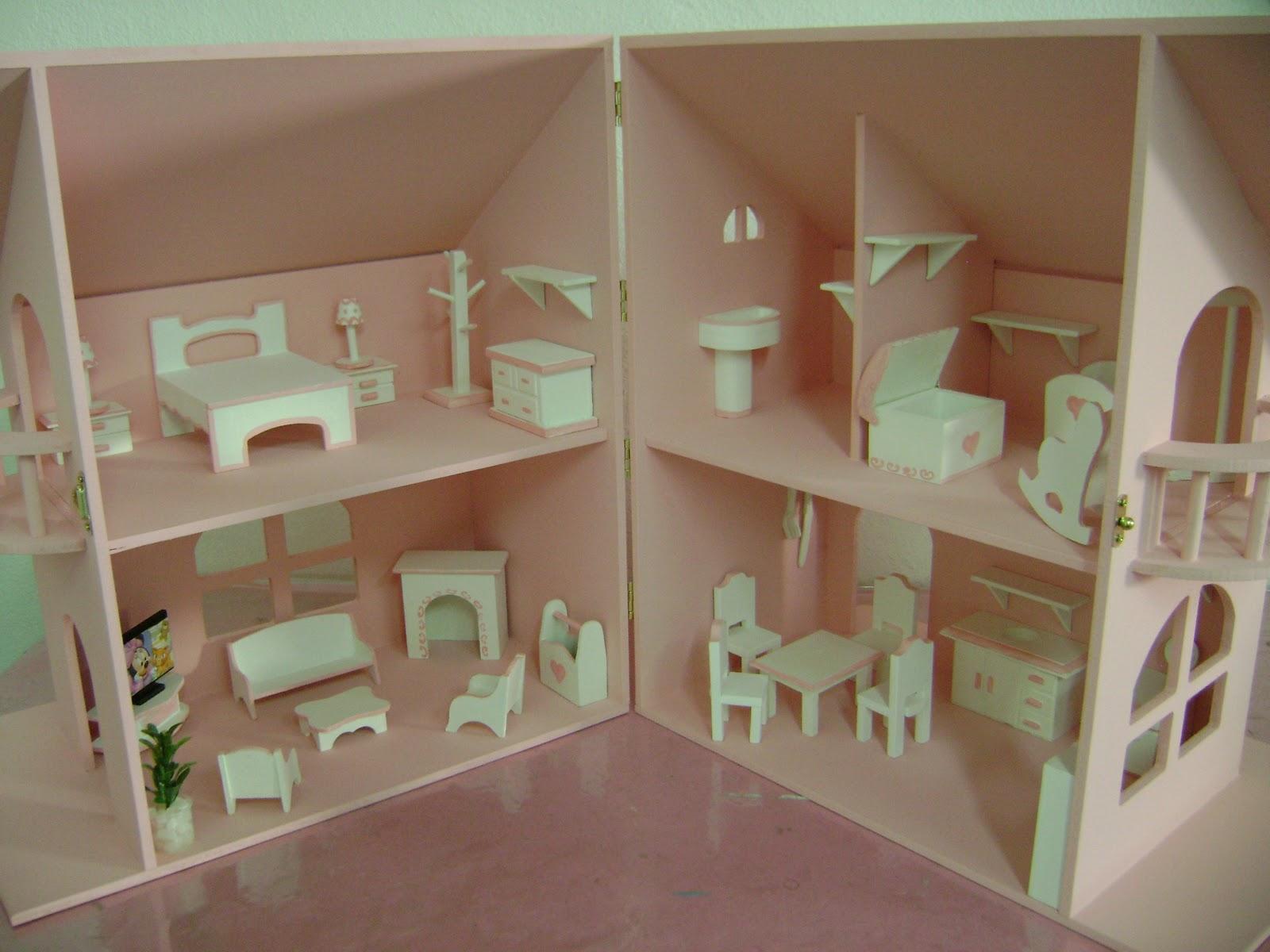 Já montada com os móveis em branco e detalhes rosa  #704A34 1600x1200 Banheiro Da Barbie Como Fazer