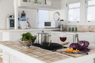 cucina con ripiani in piastrelle immagine