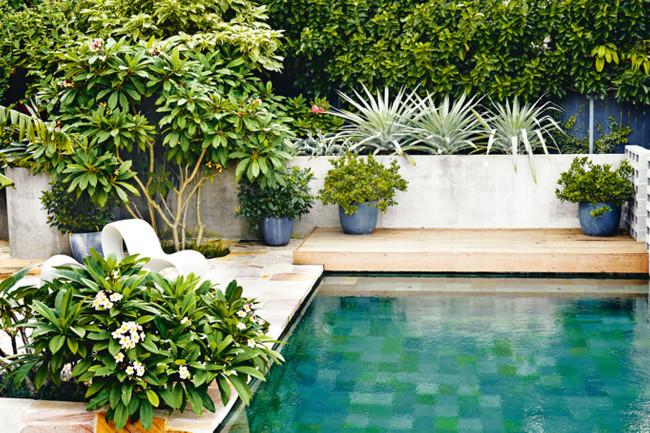 Boiserie c piscine 44 idee per ispirarsi for Gardens around pools