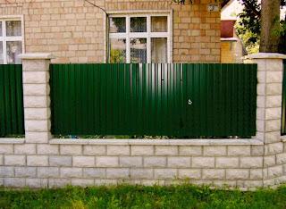Забор из профлиста с кирпичными столбами. Фото 39