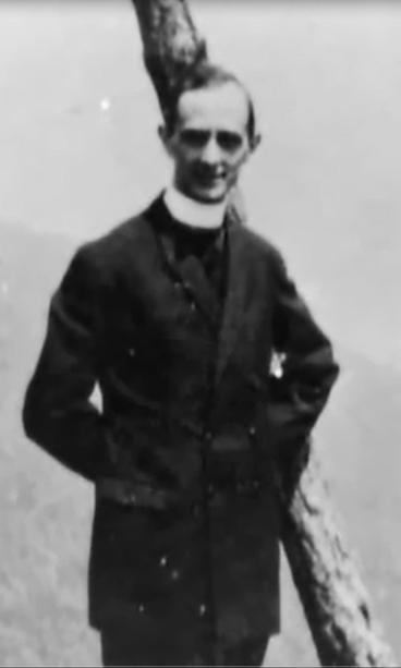 Vea el cuerno pequeño en la cabeza de Giovanni Montini Dn 8