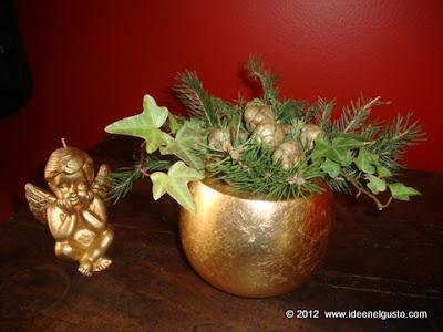Vasetto natalizio con pignette, abete ed edera