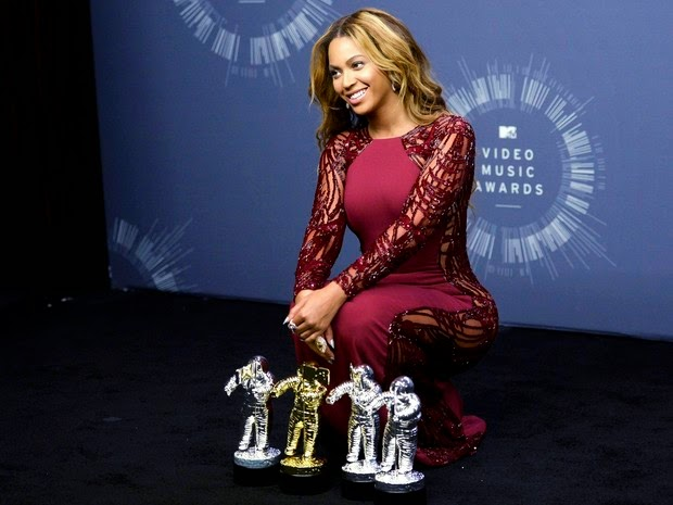 Beyoncé poses with the awards he won at the VMA