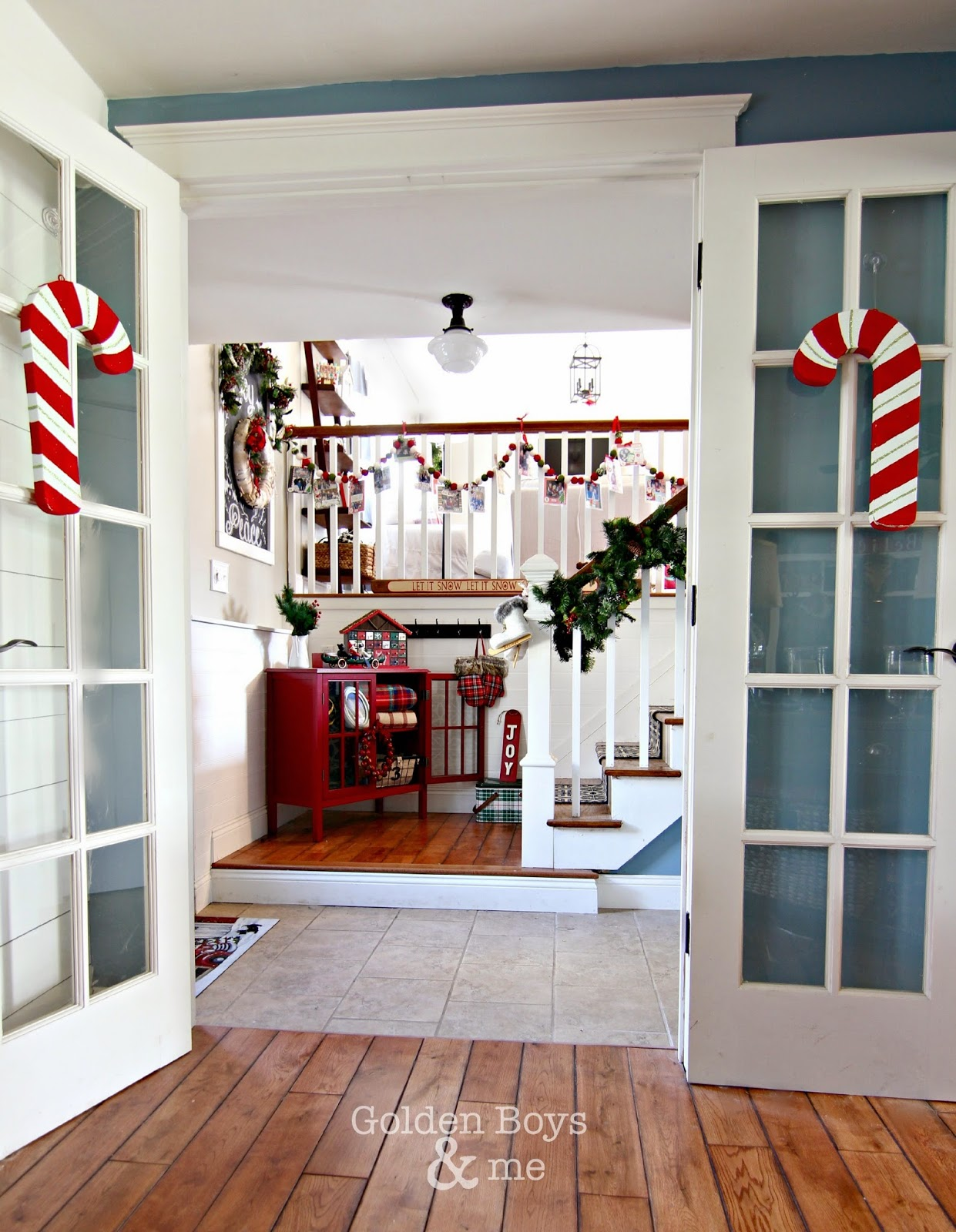 Lodge style Christmas entryway in split level home-www.goldenboysandme.com