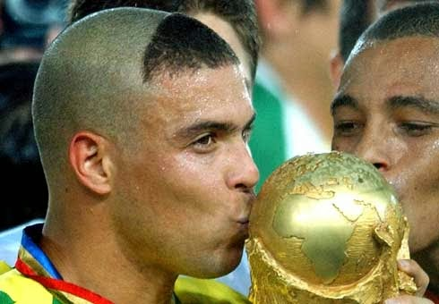ronaldo kissing world cup trophy