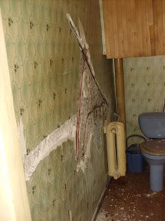 штроба в стене для доступа к старым трубам