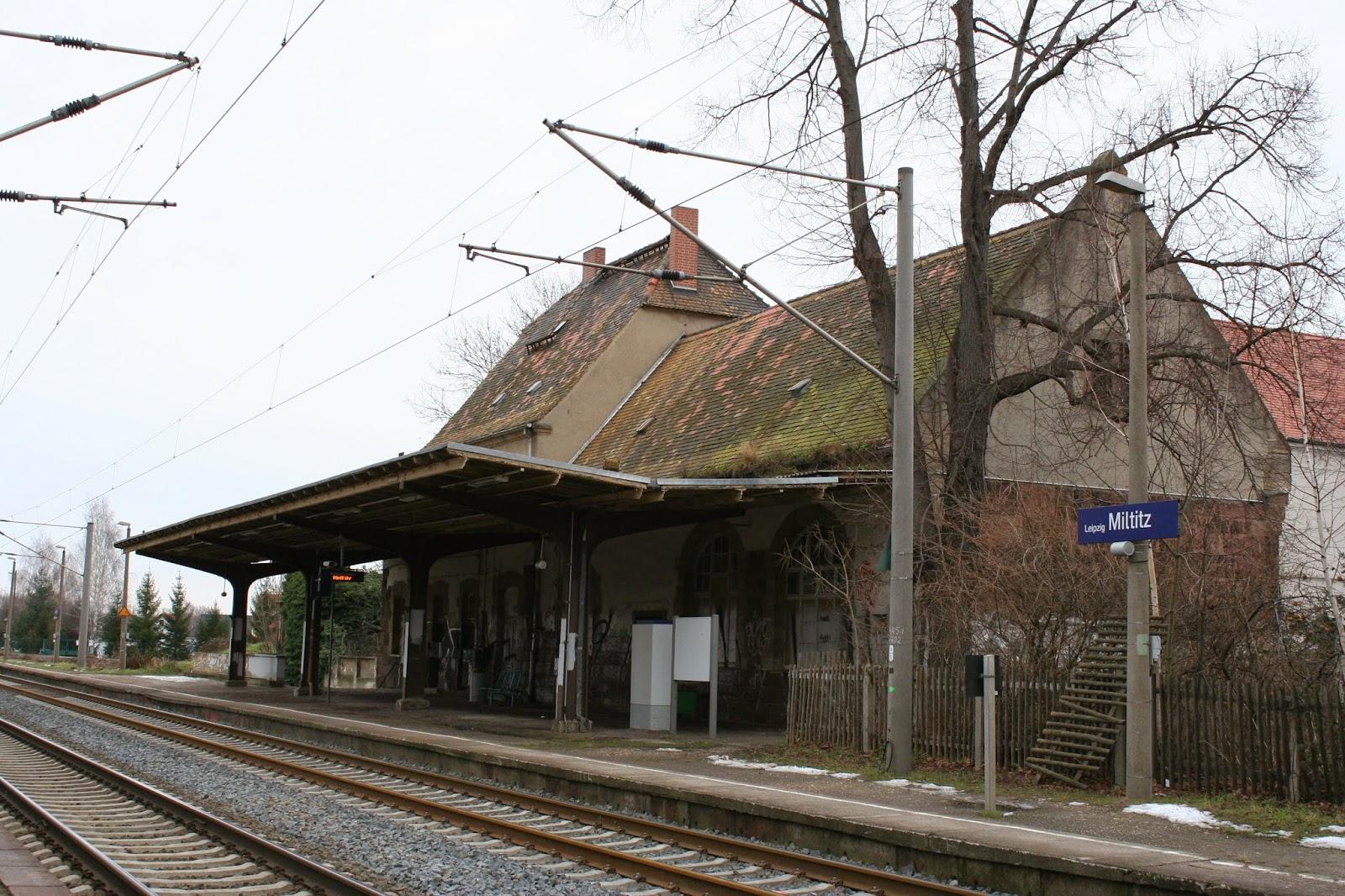 Der alte und sichtlich marode Bahnhof im Leipziger Ortsteil Miltitz - doch auch hier halten noch Züge wie Regionalbahnen
