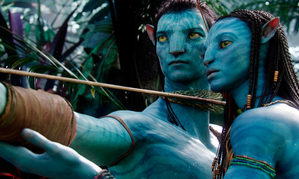 Cena do filme Avatar (2009) onde Neytiri ensina Jake Sulli a usar o arco e flecha