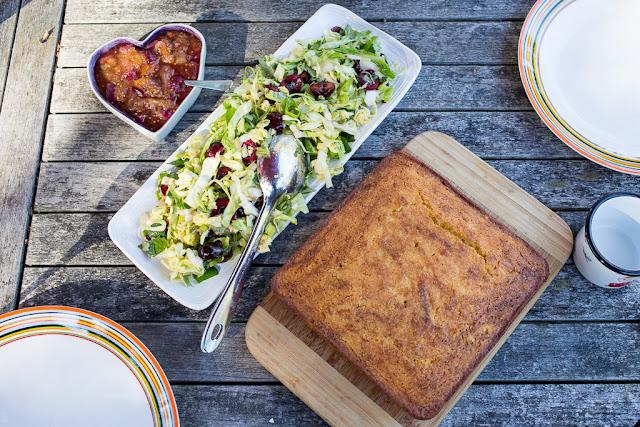 maissileipä, salaatti, kaali