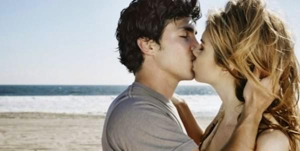 homem mulher se beijando na praia