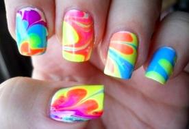 Diseño de uñas con colores de verano
