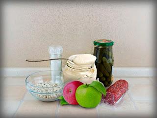 Салат из фасоли, соленых огурцов и яблок