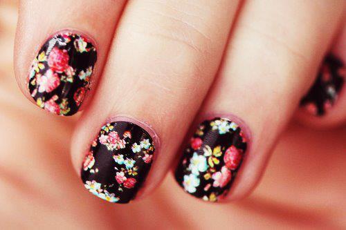 También podéis decorar vuestras uñas con pegatinas de flores. Si os animáis a hacer estos diseños vosotras mismas, visitad el siguiente enlace donde paso a