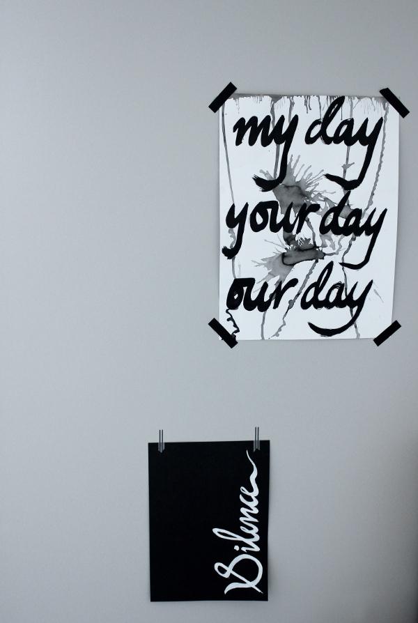 handskriven text på tavlor, handskriven text på print, print, prints, svart tavla med vit text, vitt papper med svart text, bokstäver på tavlor, inredningstips, inreda ateljé, ateljé, grå vägg, nymålad vägg,
