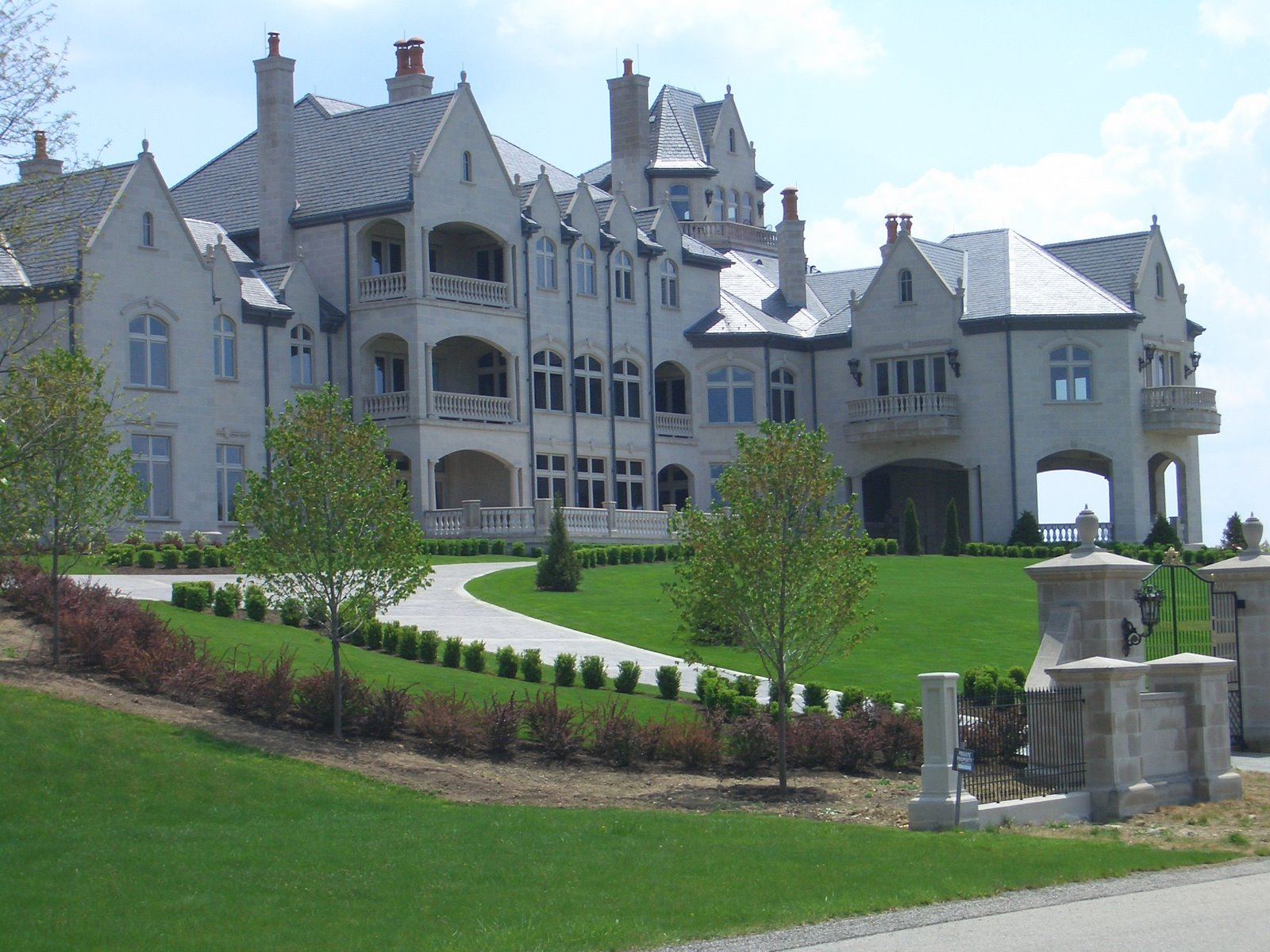 Mansions more the castle in bell acres pennsylvania for Castle mansions for sale