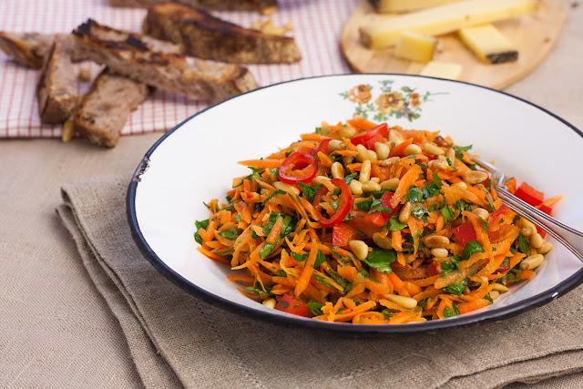 Salata od šargerepe, paprike i peršuna