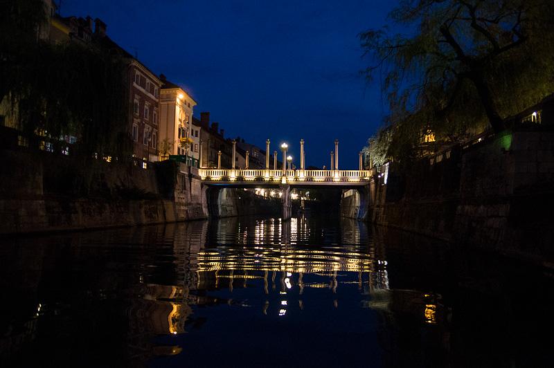 Ljubljana iz rečnega korita Čevljarski most zvečer full