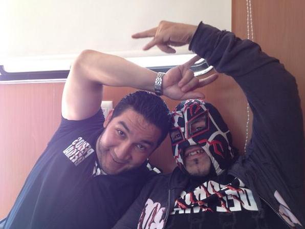 fotografia filtrada de la vida de dos grandes amigos de la lucha libre mexicana, el hijo del perro aguayo y rey misterio