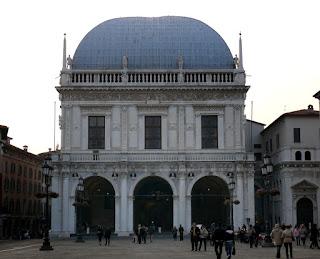 Loggia edificio costituito da portico comunicante con l' esterno attraverso lati aperti a più arcate