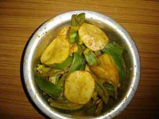 Deep Fried Potato and Capsicum (Konkani: Batate ani Capsicum Baje)