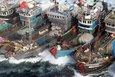 Comandos sulcoreanos abordam pesqueiros ilegais chineses