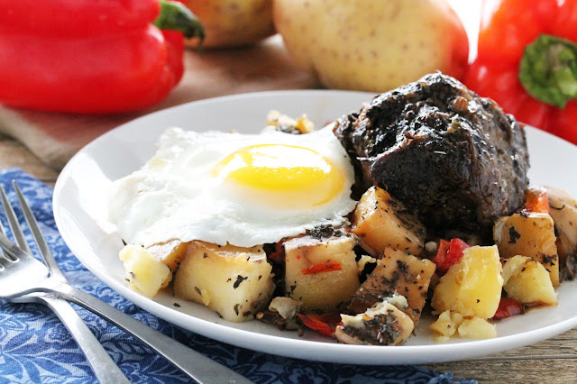 This Slow Cooker Short Rib Hash is so easy and super delicious! It only requires a few ingredients, but the result is unbelievable! Great for breakfast, brunch, or dinner!