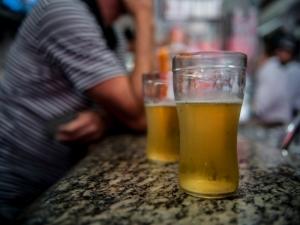 Proporção de brasileiros que consomem álcool semanalmente cresce 20% nos últimos seis anos, aponta pesquisa