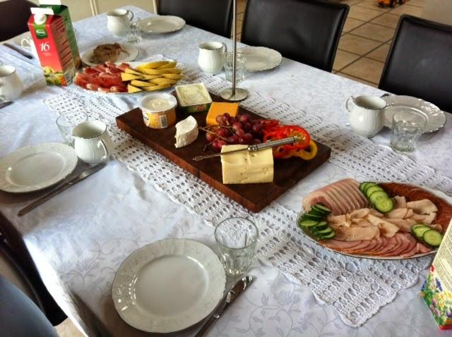 Большой завтрак для гостей. Мы в семье стараемся отмечать дни рождения с родственниками именно в сам День варенья