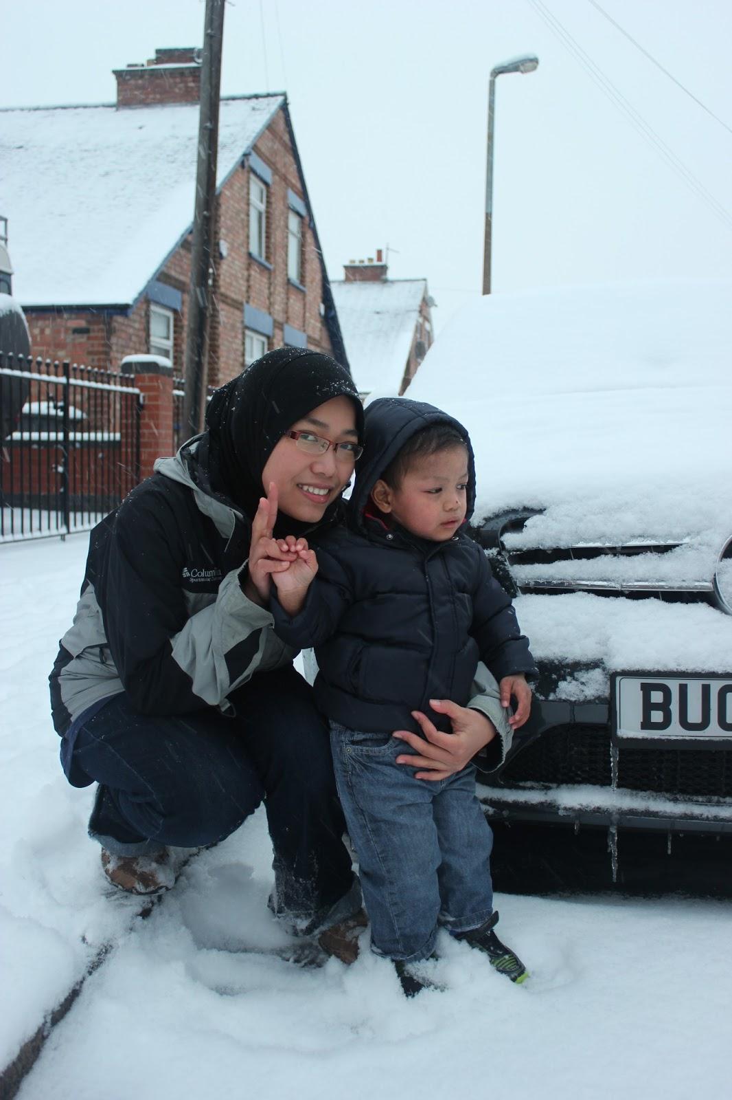 rayyan dan kakak ipar kak min muka rayyan masam je sebab takut snow