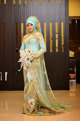 gaun pengantin muslimah biru muda