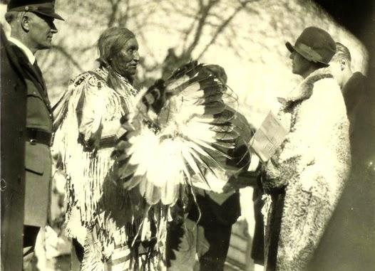 Regina Maria si primind coroana de pene a indienilor