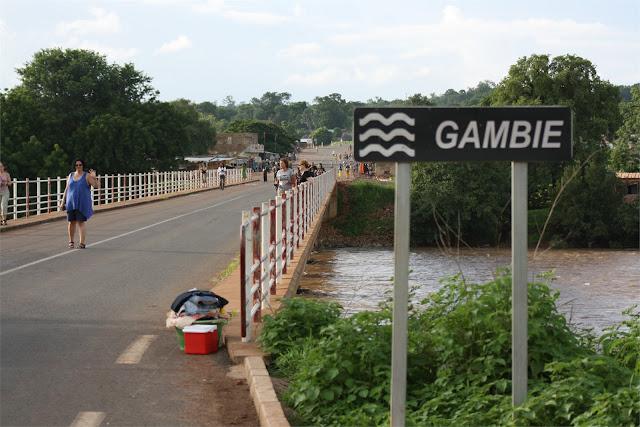 Cruzando el puente sobre el río Gambia (Mako)