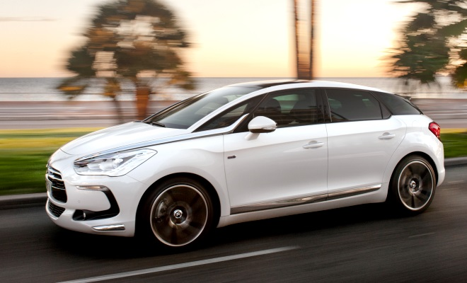 Citroen DS5 side view at speed